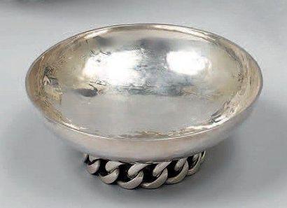 Petite coupe ronde en métal argenté martelé,...