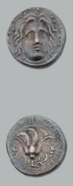 Didrachme. 6,48 g. Tête d'Hélios de face,...