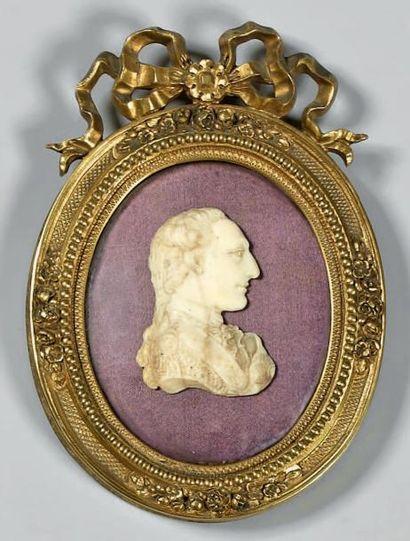Médaillon en ivoire sculpté, représentant...