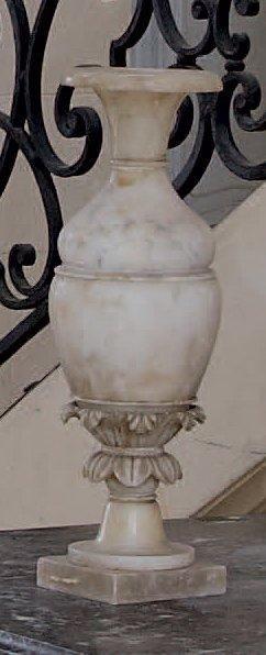 Vase en albâtre de forme balustre à feuillages....