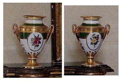 Paire de grands vases en porcelaine de Paris...
