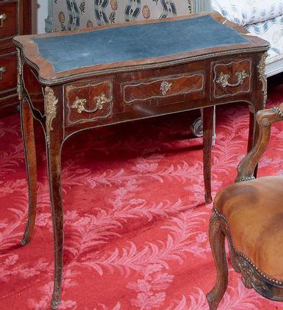 Petit bureau en bois de violette, ouvrant...