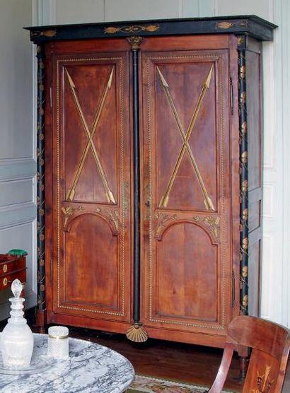 Armoire en bois fruitier ouvrant à deux portes...