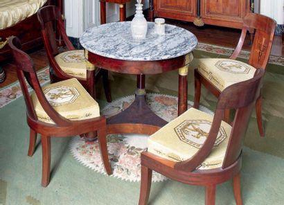 Suite de cinq chaises à dossier en gondole...