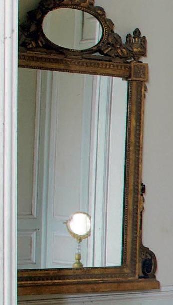 Miroir à fronton en bois doré. Travail provincial...