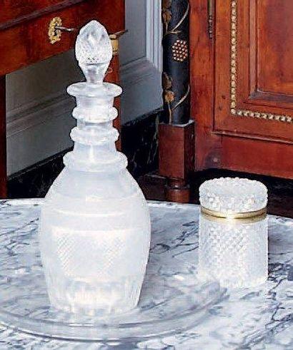 Petite carafe et plateau en cristal taillé....
