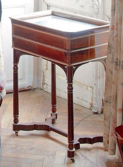 Petite table en auge ouvrant à deux tiroirs...