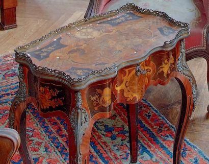 Table de salon de forme mouvementée en bois...