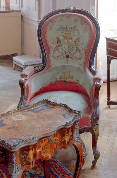 Deux fauteuils en noyer mouluré de forme...