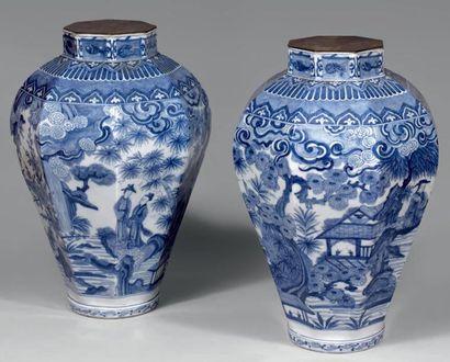 Paire de vases de forme hexagonale et balustre...
