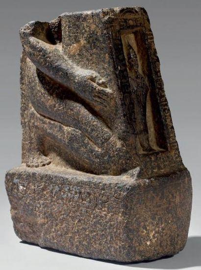 Statue agenouillée naophore. Personnage agenouillé présentant devant lui un naos...