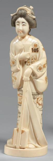 Okimono en ivoire, jeune femme debout tenant...