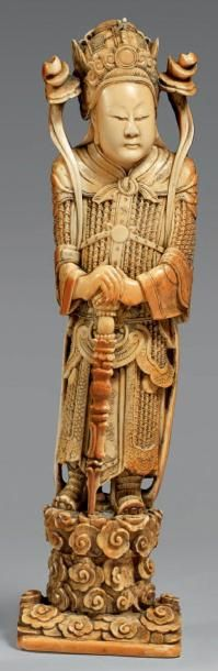 Statuette de guerrier en ivoire à patine...