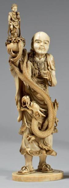 Okimono en ivoire à patine jaune, Rakan debout...