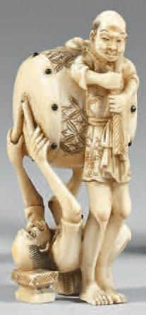 Netsuke en ivoire à patine jaune, Tenaga...
