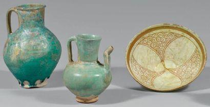 Trois céramiques persanes, Iran, XIIe-XIIIe siècle Deux pichets en céramique siliceuse...