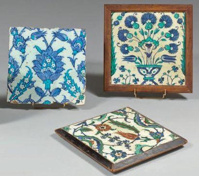 Trois carreaux de revêtement à décor floral,...