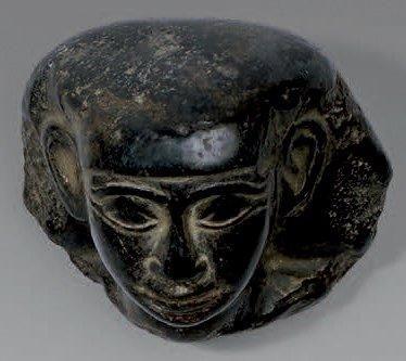 Tête pharaonique. Basalte ? Égypte, époques tardives. Hauteur: 6,5 cm