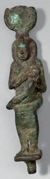 Isis allaitant Horus. Bronze patine verte...