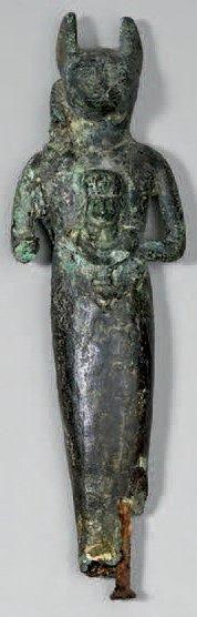 Bastet. Bronze patine vert sombre, main droite...