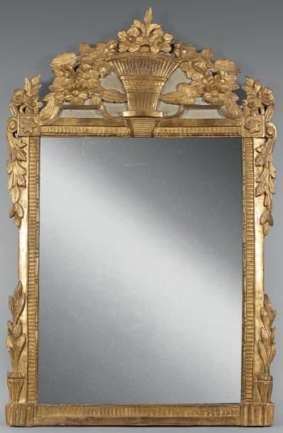 Miroir dans un encadrement en bois doré à...