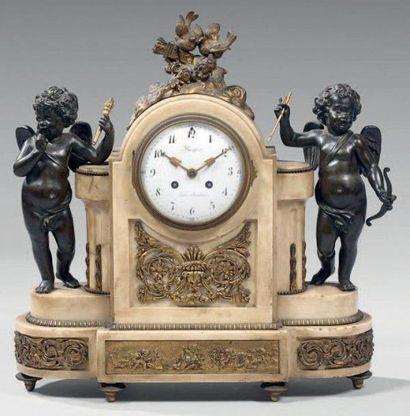 Pendule en marbre blanc, bronze patiné et...