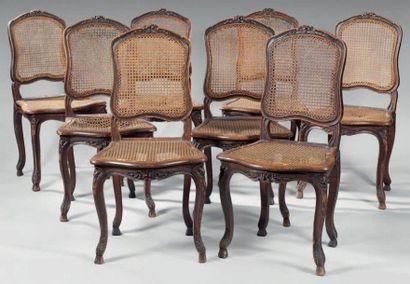 Suite de huit chaises cannées à dossier plat...