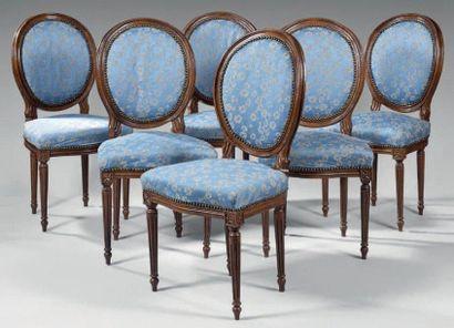 Suite de six chaises cabriolet à dossier...