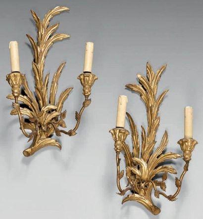 Paire d'appliques en bois doré sculpté de...