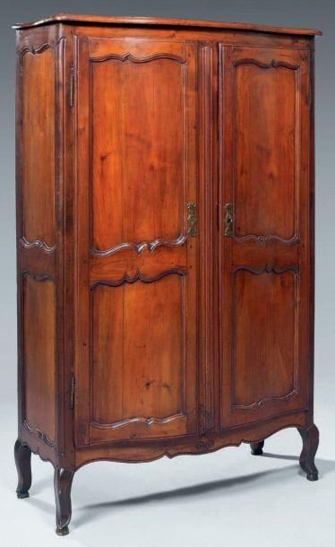 Petite armoire à façade galbée en bois fruitier...