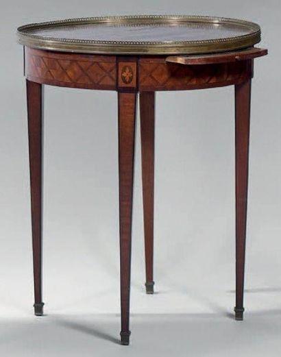 Table bouillotte à décor marqueté de croisillons...