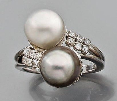 Bague croisée en or gris ornée de deux perles...