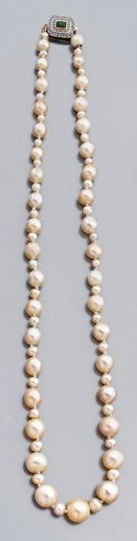 Collier de soixante-treize perles fines et...