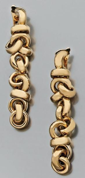 Paire de longs pendants d'oreille à décor...