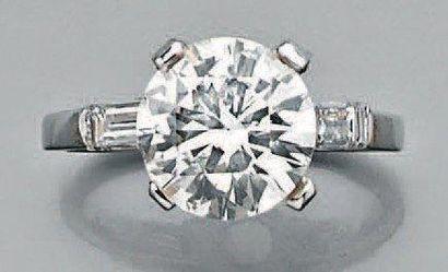 Bague en or gris sertie d'un diamant rond...