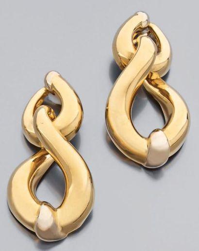 Paire de larges pendants d'oreille articulés...