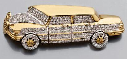 Broche en or jaune figurant une voiture de...
