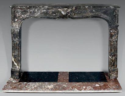 Cheminée en marbre gris Sainte-Anne, le linteau...