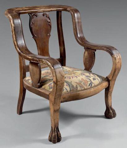Large fauteuil en bois mouluré à dossier...