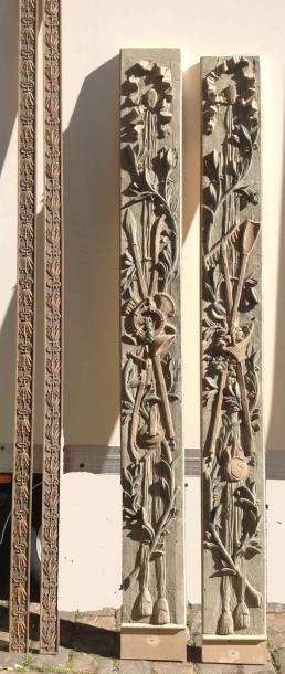 Deux paires d'éléments en bois sculptés. XIXème...