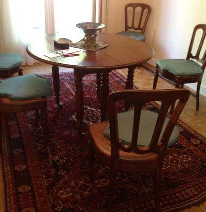 Suite de six chaises et table de salle à...