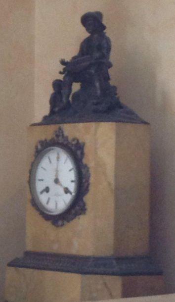 Pendule en marbre de Sienne à décor d'un breton jouant du biniou.