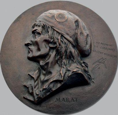 Marat: Grand médaillon au buste de Marat...