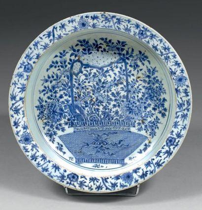 Bassin en porcelaine décorée en bleu sous...