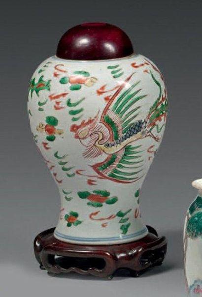 Petit vase balustre en porcelaine décorée...