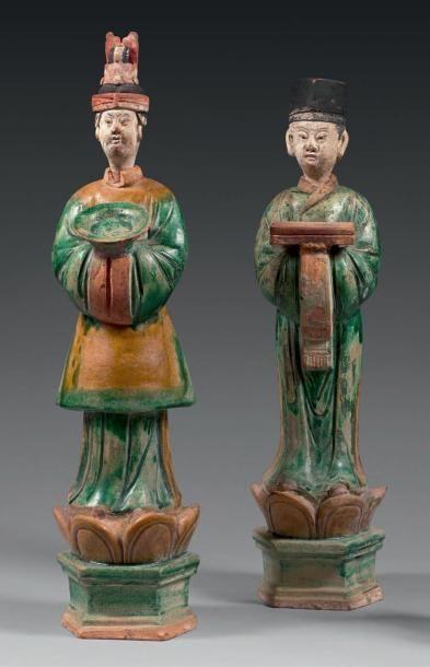 Deux personnages debout sur socle en forme...