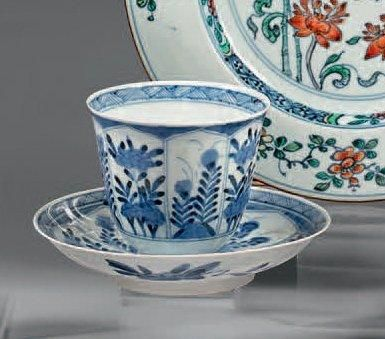 Sorbet et son présentoir en porcelaine décorée...
