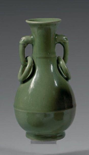 Vase de forme balustre en grès, émaillé céladon...
