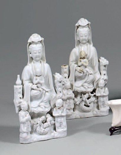 Deux groupes en porcelaine émaillée blanc...