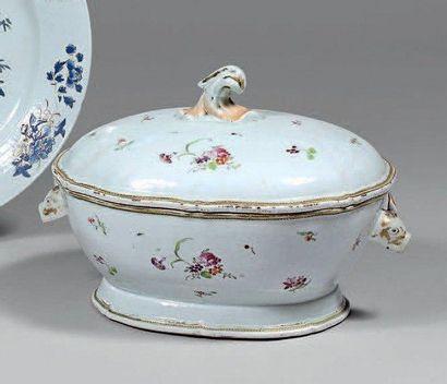 Soupière de forme ovale en porcelaine blanche...